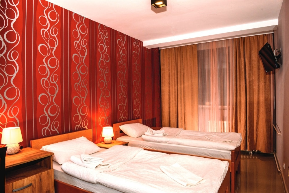 """Hotel """"Timok"""" raspolaže sa 20 dvokrevetnih soba. Sve sobe ovog tipa su opremljene sa pažljivo biranim detaljima za vaš maksimalan ugođaj.    … Vidi detalje"""